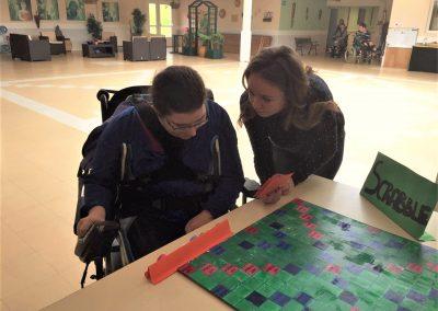 Océane aide à la recherche du bon mot une résidente des Marizys